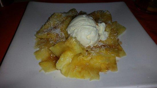 El Romani: Dessert ananas au rhum  noir avec boule de glace vanille succulent je recommande (on ne et pas d