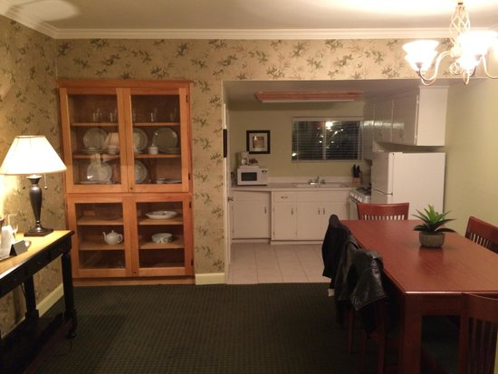 Brisas Del Mar, Inn At The Beach: Dining room/kitchen in our suite