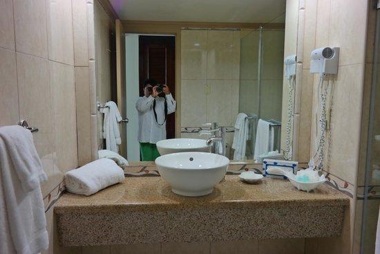 Breezes Resort & Spa Bahamas : Our room bathroom