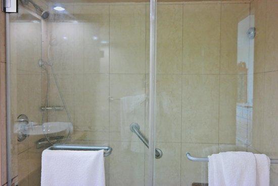 Breezes Resort & Spa Bahamas : The shower area