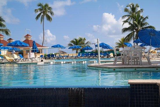 Breezes Resort & Spa Bahamas : The pool area
