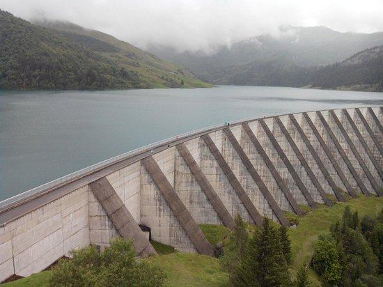 Barrage et Site de Roselend: 15/08/2014, vue depuis le parking du barrage ... superbe malgré le brouillard !
