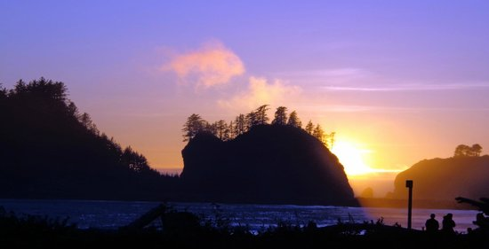 Quileute Oceanside Resort: amazing sunset from our deck