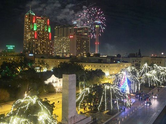 Hotel Indigo San Antonio At The Alamo: Fireworks through the room window