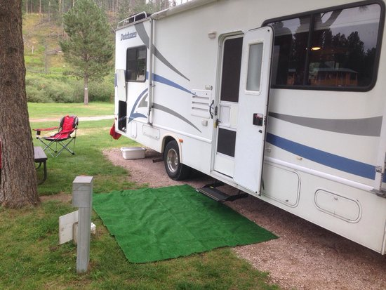 Crooked Creek Resort and RV Park: The door to our RV is only 5 feet from the next RVs services!