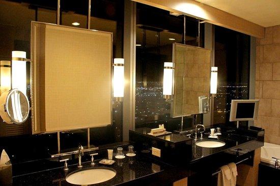 Palms Casino Resort: Salon Suite - bathroom WOW!!!