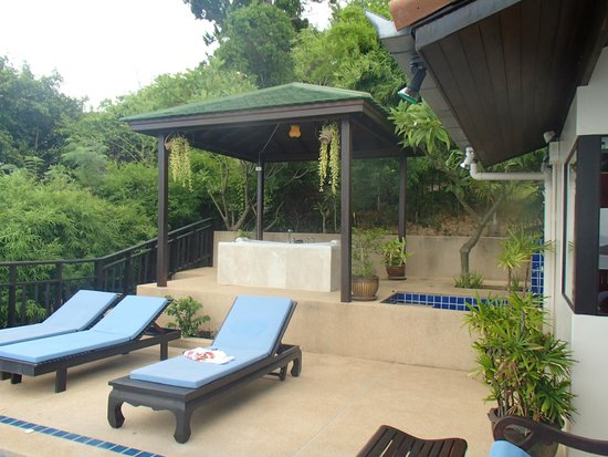 Sandalwood Luxury Villas : Outdoor Spa and Shower!