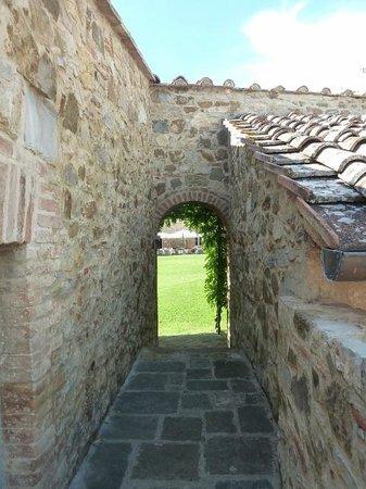 Borgo Scopeto Relais: Walkway/steps through to the dining area