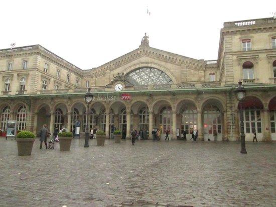 Kyriad Paris 10 - Gare De L'Est: fachada da estação e do hotel