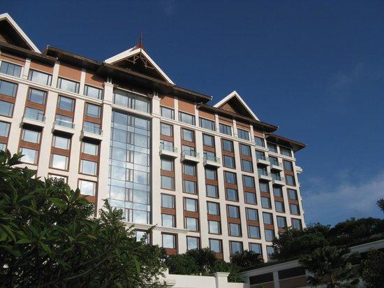 Shangri-La Hotel, Chiang Mai: 偉容を誇る建物正面