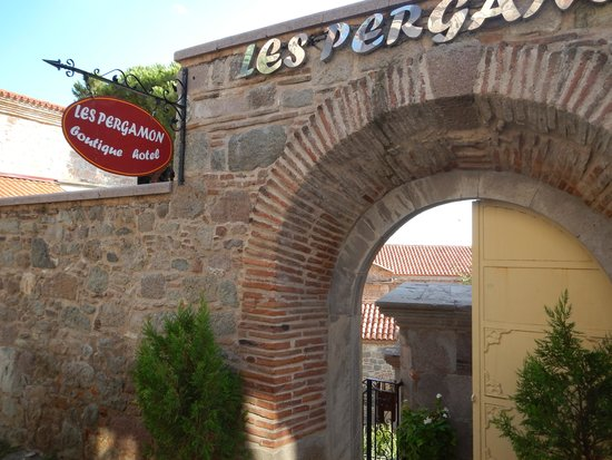 Les Pergamon Hotel: The hotel entrance from the street