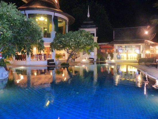Dara Samui Beach Resort : Pool and bar