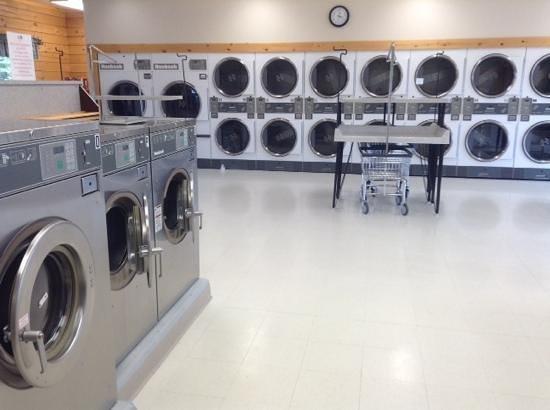 Evergreen RV Resort: huge washers and dryers