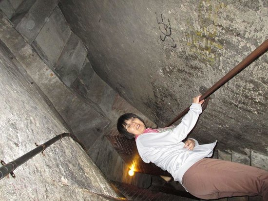 Kathedrale Santa Maria del Fiore: 屋根と天井の二重構造を通り抜ける階段