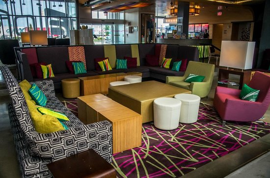 Aloft Vaughan Mills: Lobby sitting area, with reception and buffet in background