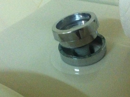 Hotel Oriental : ill fitting toilet flush