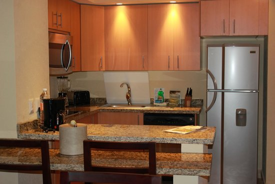 Grand Fiesta Americana Los Cabos All Inclusive Golf & Spa: Well supplied kitchen. Medium size fridge and freezer.