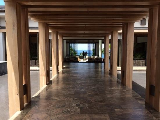 Andaz Maui At Wailea: Entry walkway to lobby