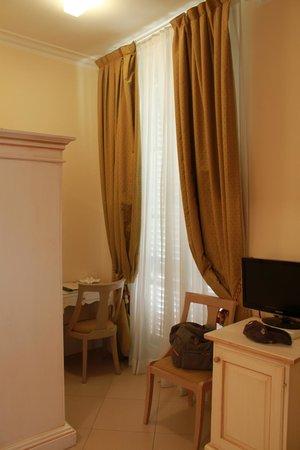 Hotel dei Macchiaioli: Door to the Balcony in the hotel room