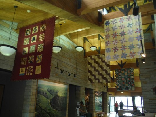 Canyon Rim Visitor Center: Quilts hanging from the ceiling