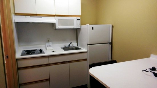 Extended Stay America - Seattle - Redmond: Kitchen and dining/desk area