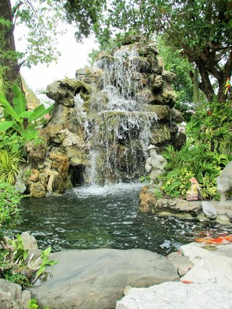 Wat Pho (Tempel des liegenden Buddha): Small waterfall in garden