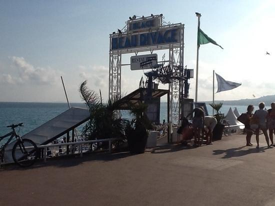 Hotel Beau Rivage : autre coté de la rue de hotel ....a la plage 30 euros par chaise .