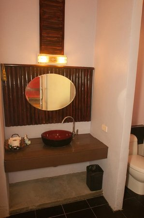 Cha-Ba Bungalows & Art Gallery: clean bathrooms