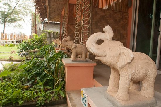 Cha-Ba Bungalows & Art Gallery: elephants