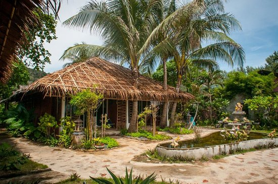 Cha-Ba Bungalows & Art Gallery: Tropical gardens!