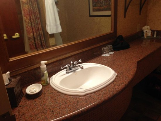 Chateau on the Lake Resort & Spa : spacious bath