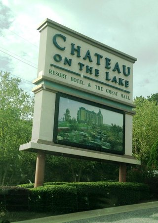 Chateau on the Lake Resort & Spa : entrance sign