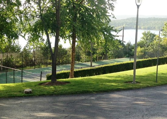 Chateau on the Lake Resort & Spa: tennis courts with lake view