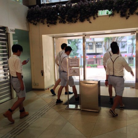 Harbour Plaza Resort City Hong Kong : Local dress sense leaves a lot to be desired