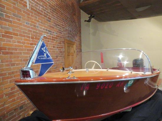National Mississippi River Museum & Aquarium: rec boat display