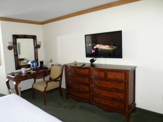 El Cortez Hotel & Casino : Dresser and TV