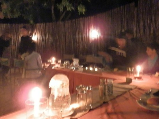 Inyati Game Lodge, Sabi Sand Reserve : Dinner in the outdoor Boma! Amazing food!