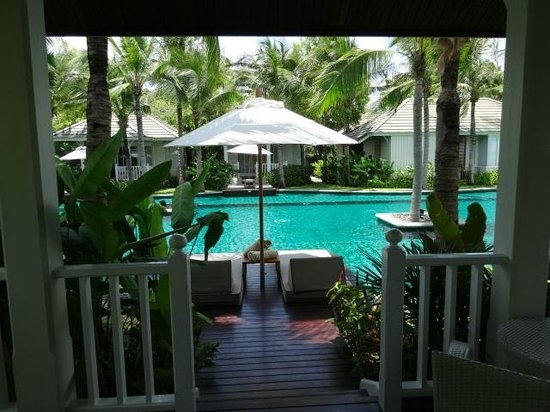Rest Detail Hotel Hua Hin: Beautiful gardens surrounding the pool