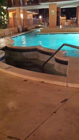 Americana Inn & Suites: Nice hot tub