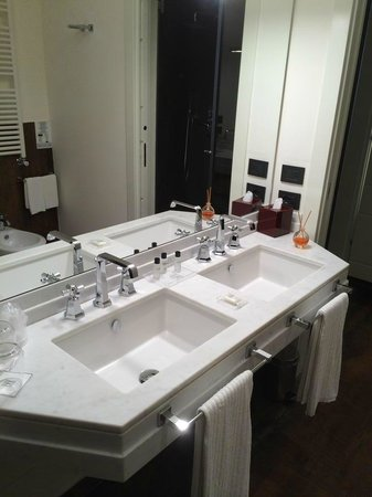 Firenze Number Nine Wellness Hotel: Double sinks!