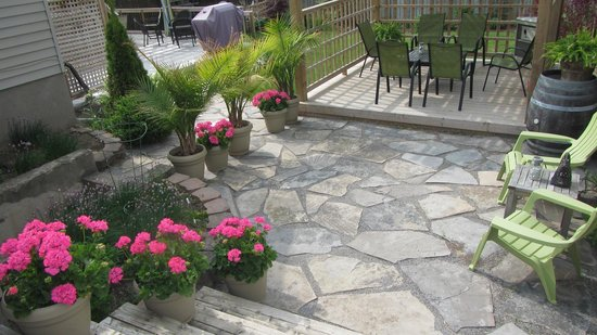 Cape House B&B: Guest area, outdoor patio and garden