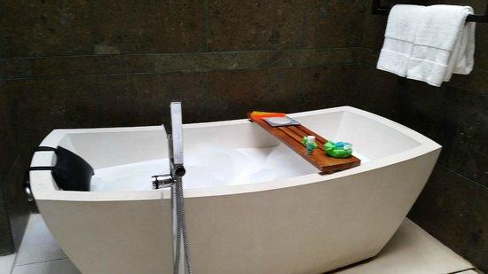 W Bali - Seminyak: bubble bath underneath the sun