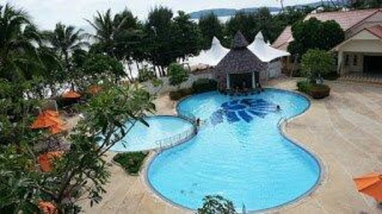Aonang Villa Resort : Lovely pools and a view of the sea.