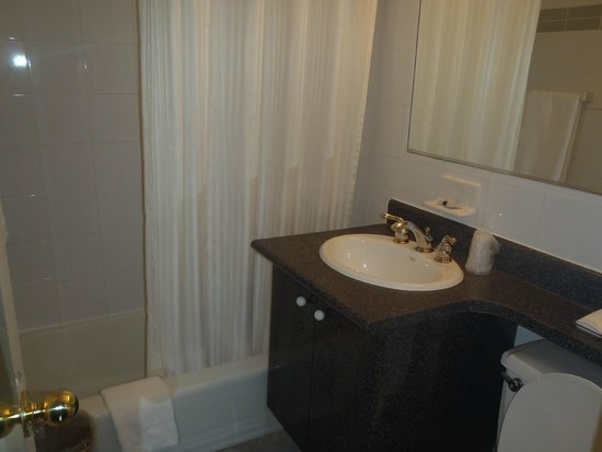 Murray Hill East Suites: Baño