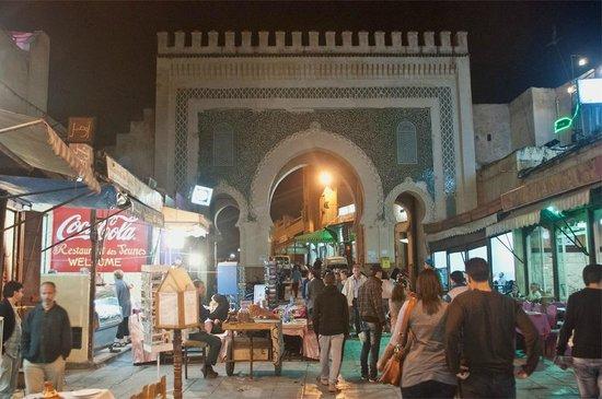 Bab Boujloud: 夜のブージュルード門