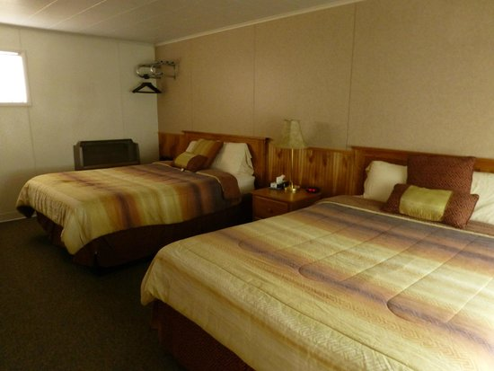 Rainbow Motel: Plenty of space in this basic bedroom