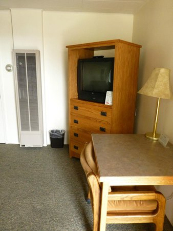 Rainbow Motel: TV in the living room part of the suite