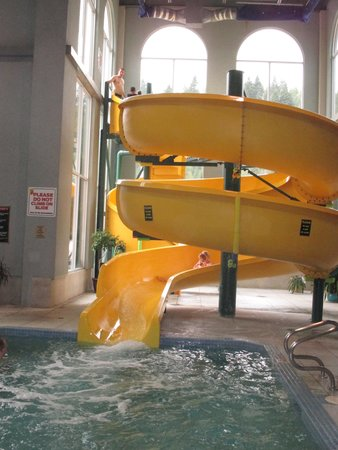 Super 8 Castlegar BC: Slide at thepool