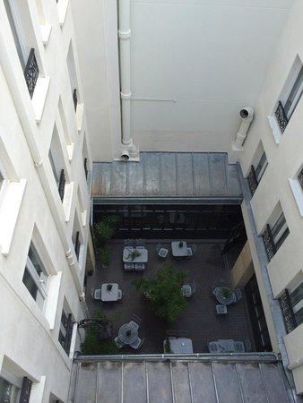 باريس إيست لافاييت: The room on 4th floor which facing courtyard, very quiet.