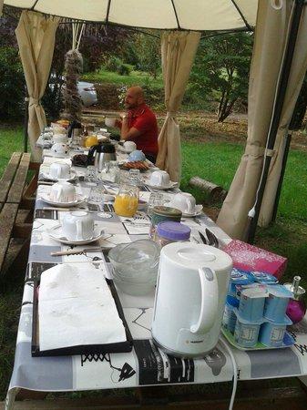 La Sauzette: Petit dejouner sul prato